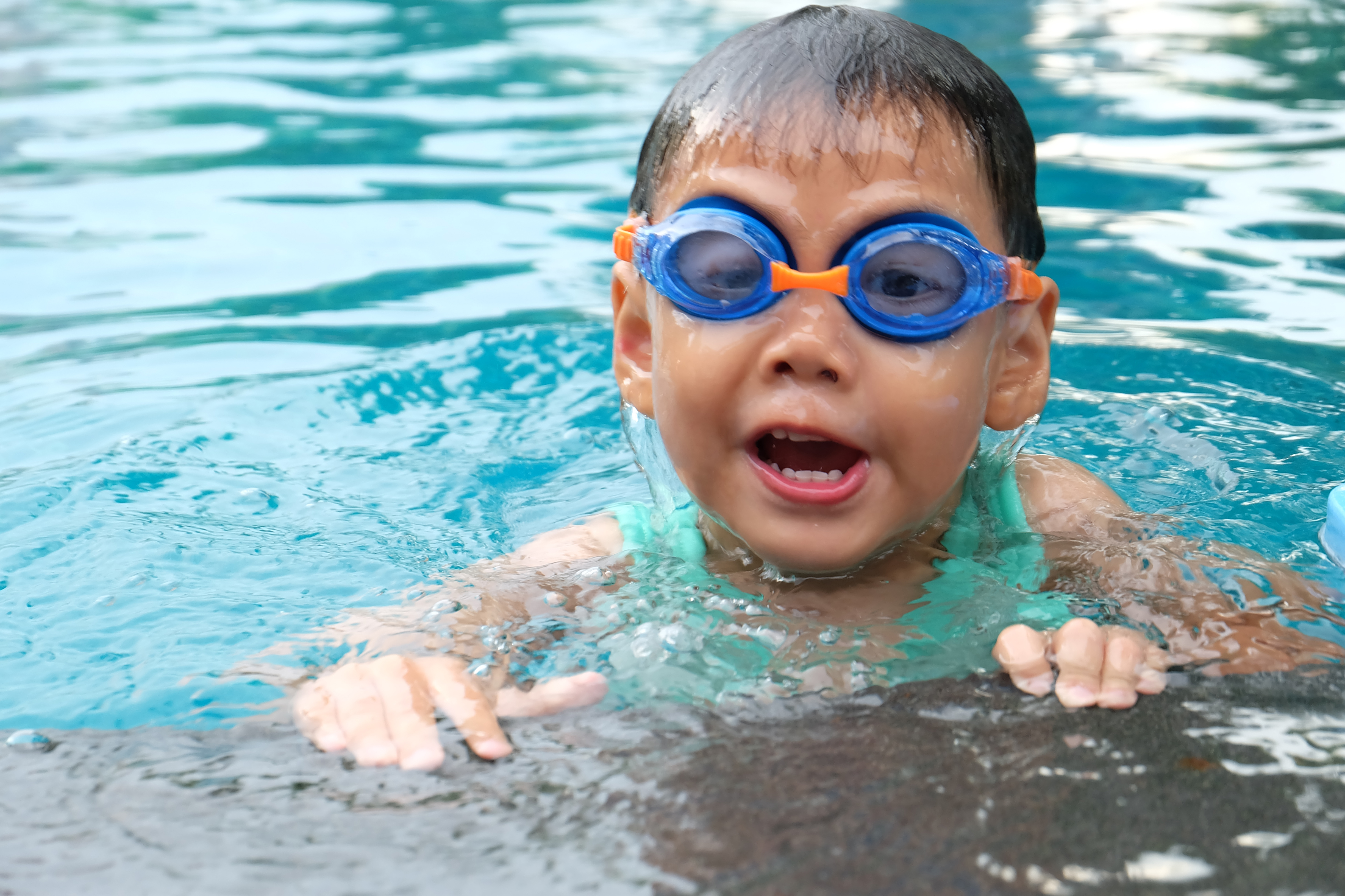 toddlers_swimming_with_goggles